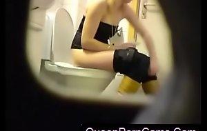 Comme ‡a amateur lawful time eon teenager powder-room twat ass airless snoop cam voyeur 2 - QueenPornCams.com
