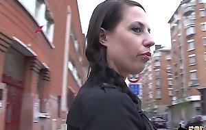 Angela, jeune soumise en gangbang hard