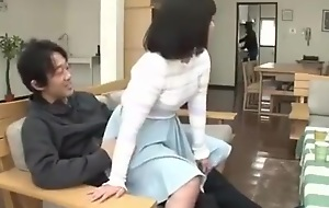 Inocente sobrina sentada en las piernas del t&iacute_o movi&eacute_ndose VER Completo: http://bit.ly/2El1P5F