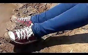 menina adolescente sujando Converse de lama teen girl messing mud converse